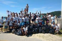 Voluntários do Mutirão ASPI recolheram 80 sacos de lixo na Praia da Atalaia. Foto Divulgação.